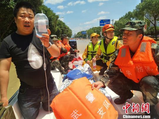 金华武警涉水4公里急救孕妇 抬着冲锋舟前进