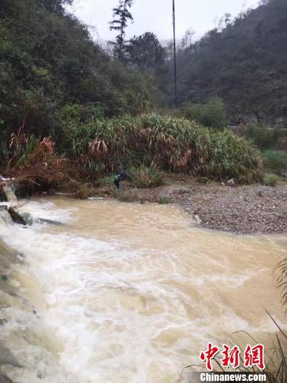 湍急的河水 叶志明 摄
