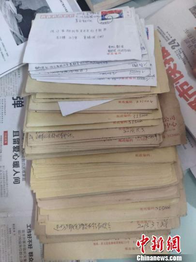 资助对象写给董锦成的信件 施紫楠 摄