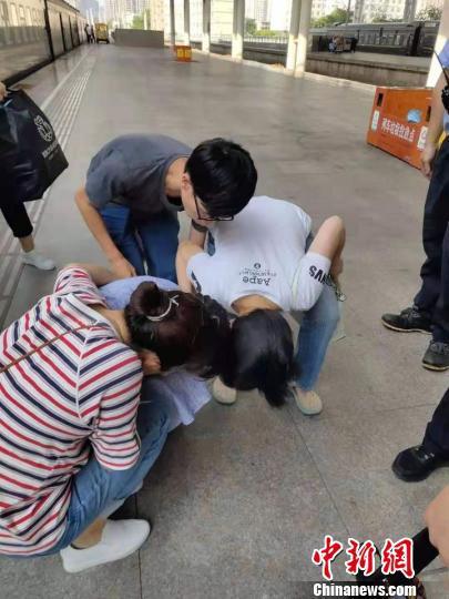 陈玉英询问发病女孩身体情况。桐乡卫校提供