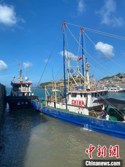 浙江温岭石塘,渔船靠岸避风 郑洁 摄