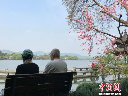 西湖边赏景的老人。(图文无关) 张斌 摄