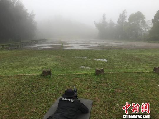 狙击中队的队员正在进行训练 金荣城 摄