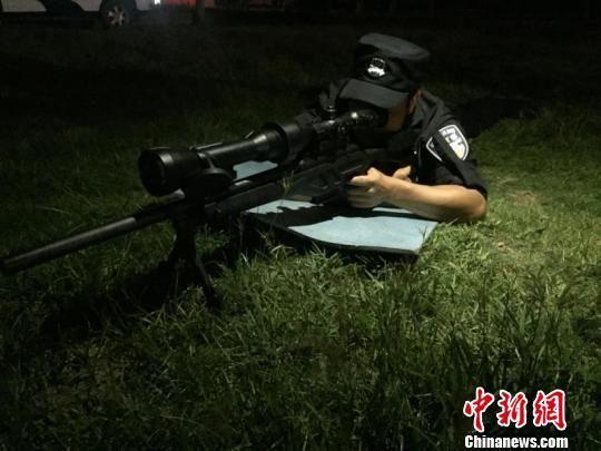 """""""不是队友便是枪""""是大多数狙击手工作生活的真实写照 金荣城 摄"""