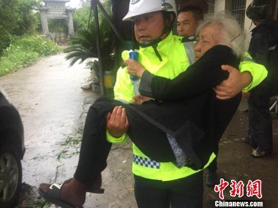 台风来临,苍南警方转移群众。 苍南警方供图 摄