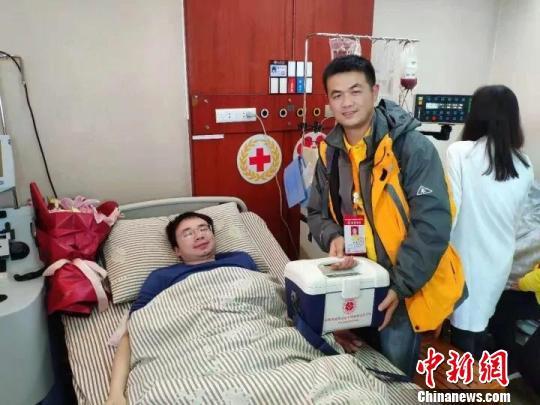 图为:工作人员看望造血干细胞捐献志愿者牛朝辉。 侯邦军 摄