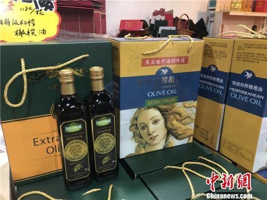 图为进口橄榄油。 林波 摄