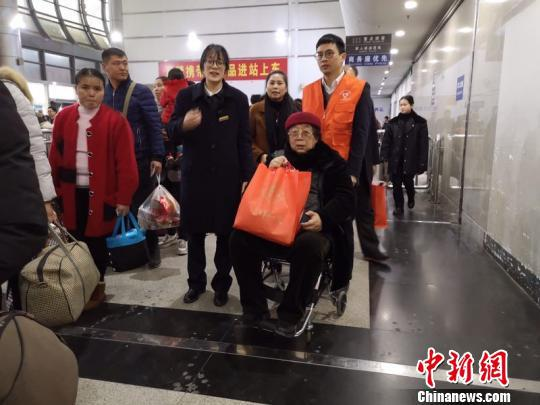 一起为旅客提供志愿服务的两人难得见上了一面 奚金燕 摄