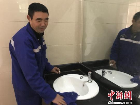 为了保持洗手台的干净清爽,乔新厂每天要擦上好几遍 奚金燕 摄