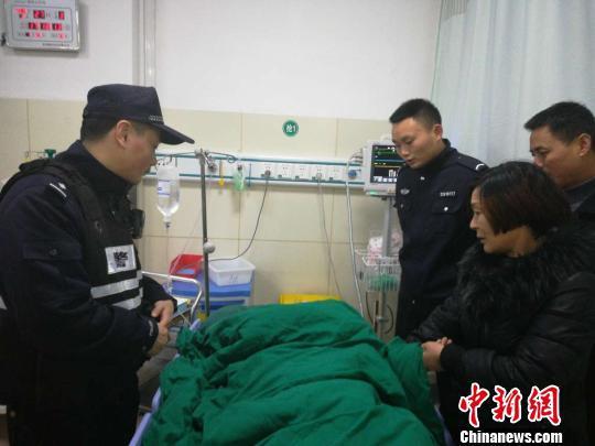 老人被送往医院 王楚君 摄