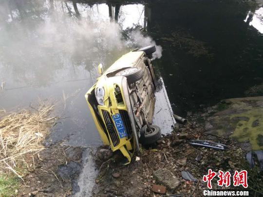 司机被困车辆 吴锡晋 摄