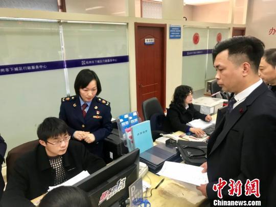 """杭州试点直营连锁餐饮经营企业""""评审承诺制""""。 刘方齐 摄"""