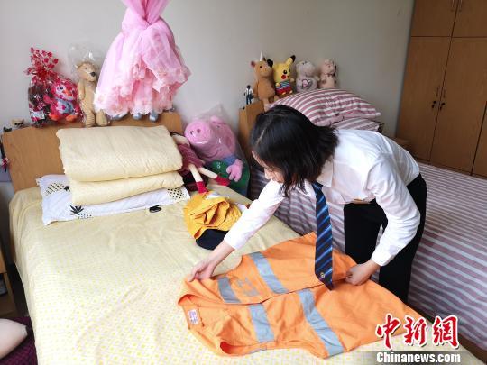 薛萍在宿舍内整理。 张煜欢 摄
