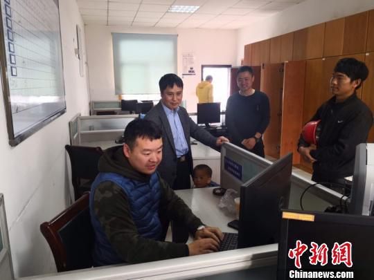 陈宏凯离开医院回所加班。磐安公安提供