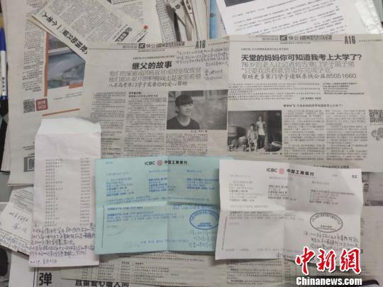 报纸上刊登董锦成的匿名捐赠事迹 施紫楠 摄