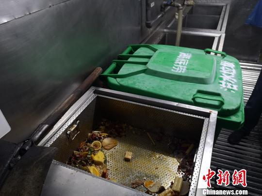 """整改后的垃圾桶上多了""""泔水垃圾""""字样。 张煜欢 摄"""
