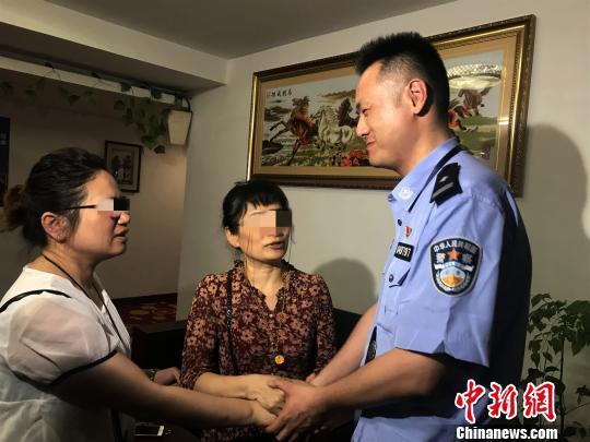 图为:母女向民警致谢 南湖公安供图