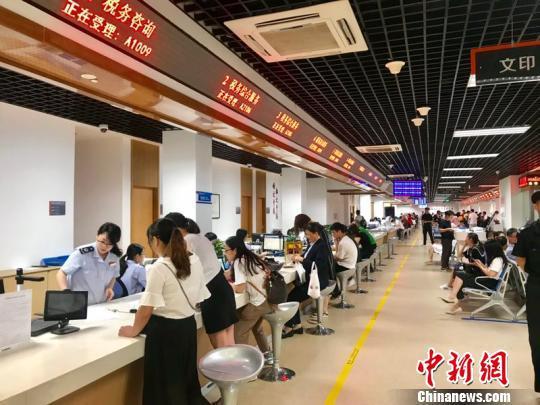 杭州市江干区行政服务中心大厅。 刘方齐 摄