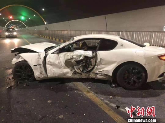 白色玛莎拉蒂轿跑受损严重,车头面目全非 义乌交警供图