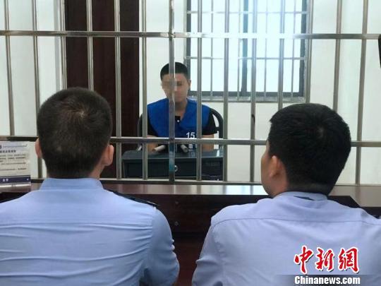 犯罪嫌疑人戴某因涉嫌犯盗窃罪被警方刑事拘留。 南湖公安提供 摄