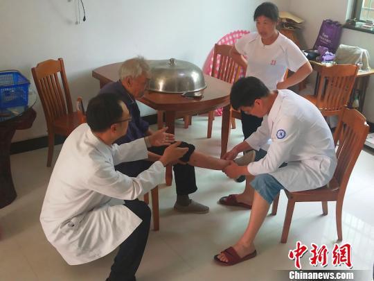 义乌市中心医院专家上门为老人进行身体检查和评估 医院提供 摄