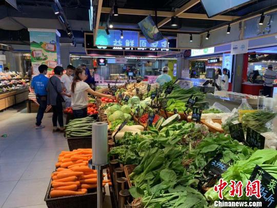 杭州某商场,民众正在选购蔬菜。 张斌 摄