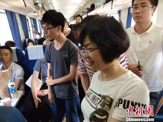 列车上,陈玉英一直陪伴着发病女孩。桐乡卫校提供