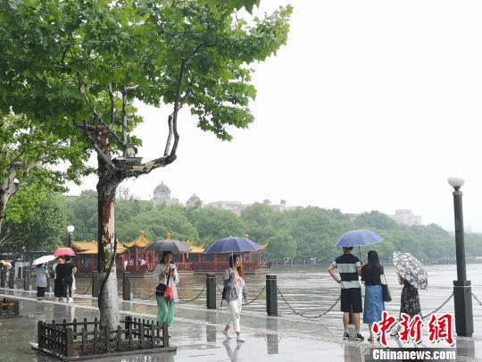浙江杭州迎来短时暴雨天气。 张煜欢 摄