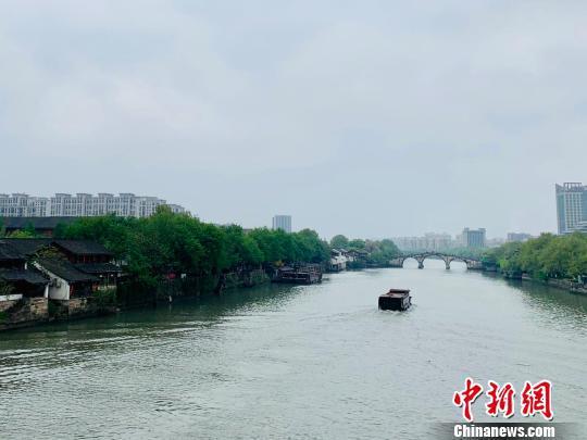 资料图:货船通过京杭大运河杭州段。 张斌 摄