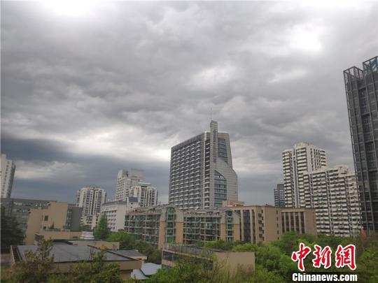 图为雷雨来临前的浙江杭州。 张煜欢 摄