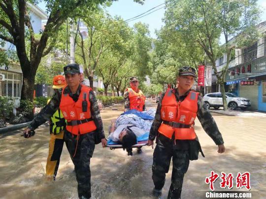 武警官兵徒步将受伤的孕妇送至医院 辜承烃 摄