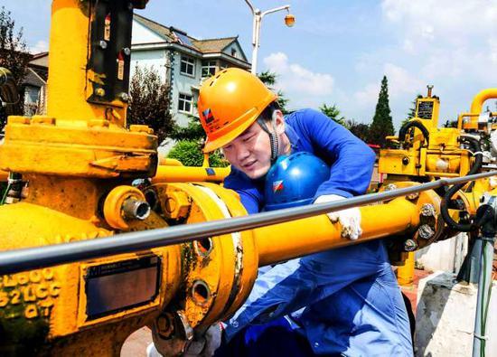 浙能天然气运行公司检修人员进行阀门拆卸作业。 吴蔓舒 摄