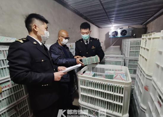 海关关员对即将出口的蚕种进行现场检疫摄影 | 肖飞 海关供图