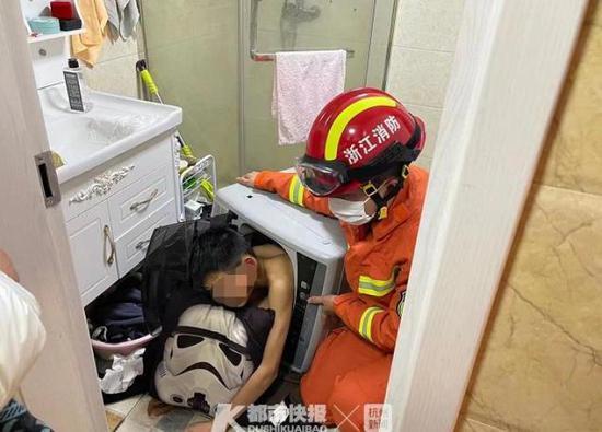 想进洗衣机里面看看 杭州一12岁男孩被卡洗衣机