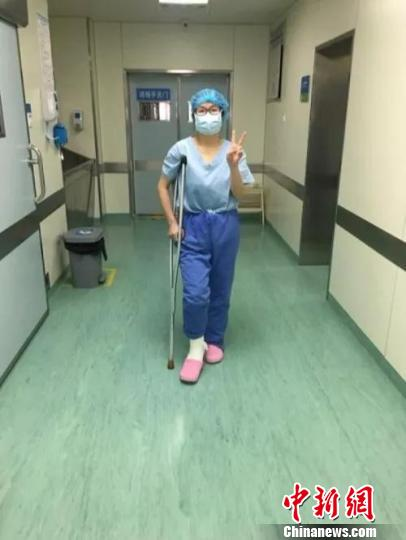 方浩坚持拄着拐杖进手术室为病人动手术。遂昌提供