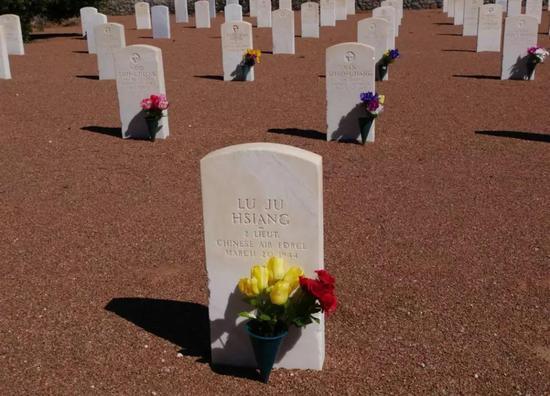 在美国空军陵园闾儒香的墓碑