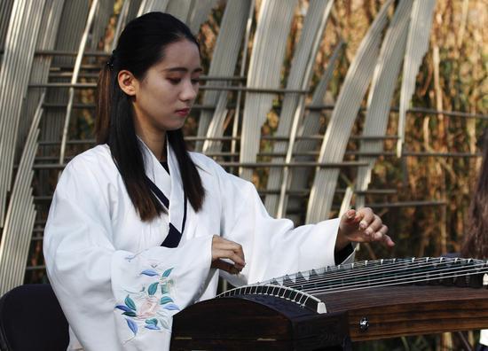 图为:表演者身着古装演奏音乐。徐亮 摄