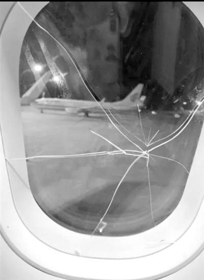 飞杭州的航班上女子将飞机舷窗内侧玻璃砸破被刑拘