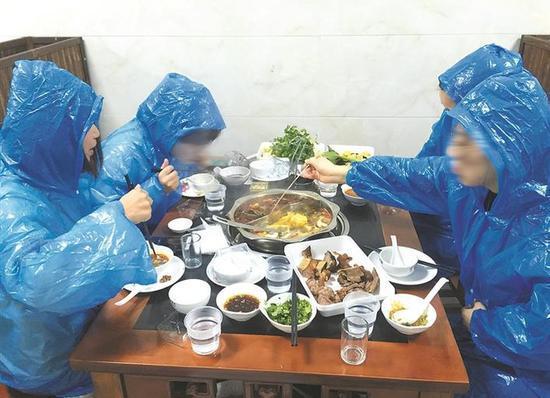 图为:四位吃货穿雨衣吃火锅 幕研Avalon 摄