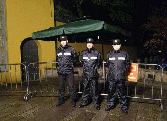 图为:郭海瑞和队员们保障新年祈福活动。 景区执法局供图