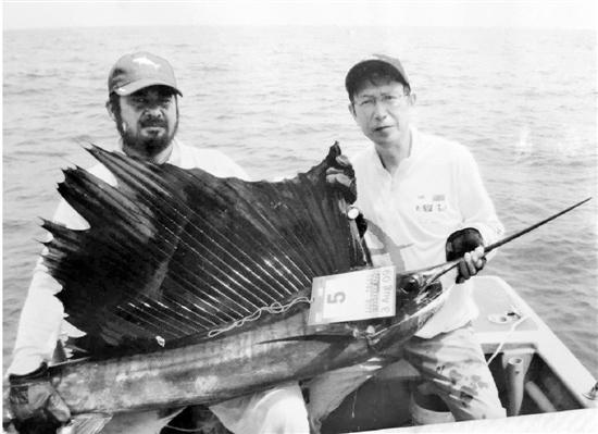 胡忠谦(右)钓上100斤旗鱼
