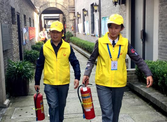 居民参与排查消防隐患。