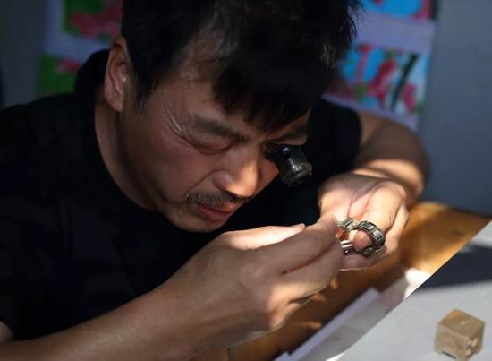 戴慈林是浙江江山市人,1985年来杭州,摆摊修表已20多年。