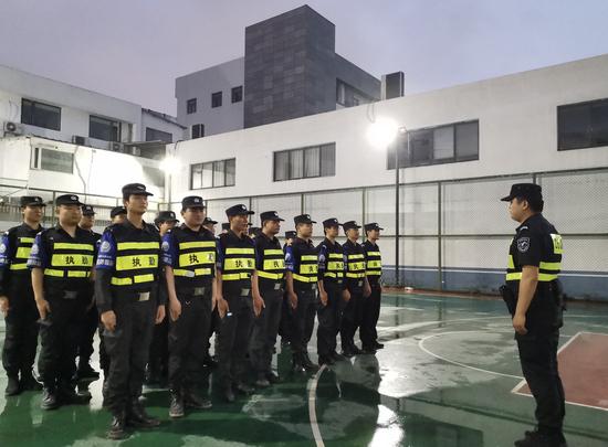 行动期间,杭州下城警方正在集结。张斌 摄