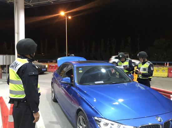 雷霆行动期间,杭州萧山警方进行车辆管控排查工作现场。