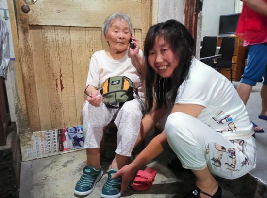 杭州人民众志成城共战困难 台风暴雨中温暖群众的心