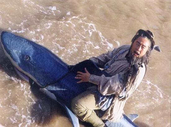 张纪中版的《射雕英雄传?#20998;校?#21608;伯通骑鲨鱼剧照。