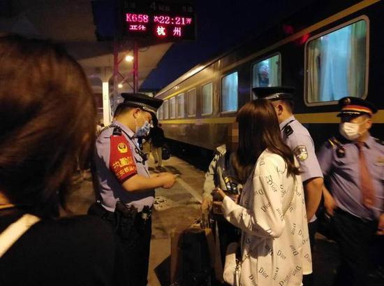 女孩被家长接回家中。杭州站警方 供图