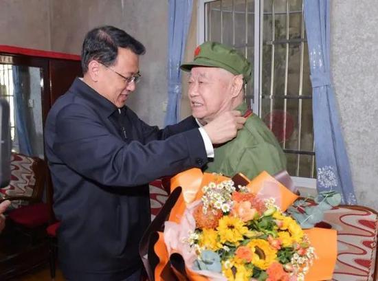 致敬 为老战士颁发抗美援朝出国作战70周年纪念章