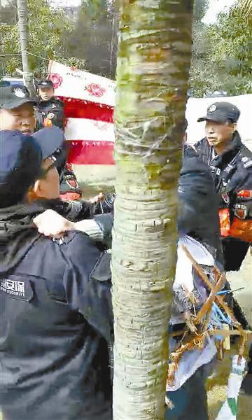 老大爷与保安发生冲突。